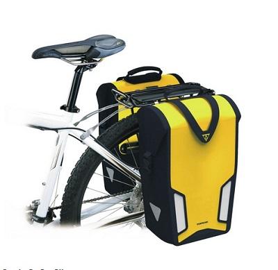 Sakwa rowerowa firmy Topeak montowana na bagażnik.